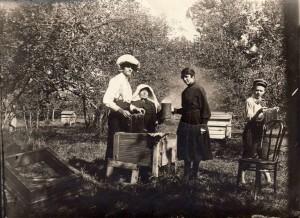 K.-A.-Varneckis.-Gabrielė-Petkevičaitė-Bitė-bityne.-1920-Kraštotyros-muziejaus-LIMIS-nuotrauka-768x559